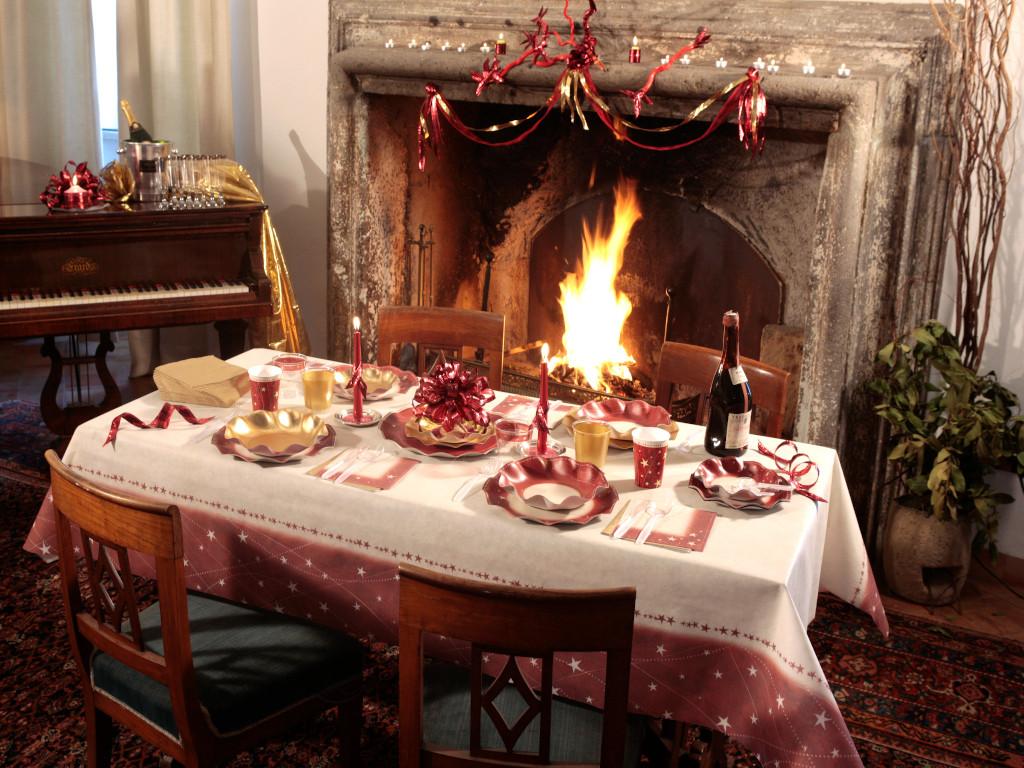 La tavola apparecchiata di Natale con i nostri piatti e bicchieri Christmas